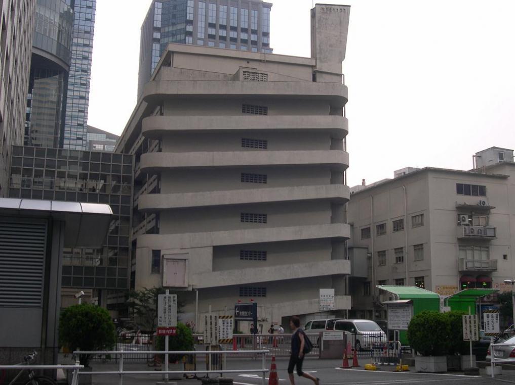 マンションから徒歩5分にある東京医科大学病院。右側の建物は戦前の物で、病院建築の権威者の設計です。左の近代化された建物と渡り廊下でつながっています